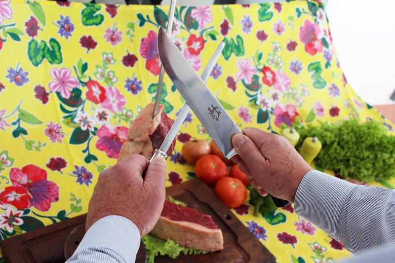 Posição correta da chaira para afiar facas